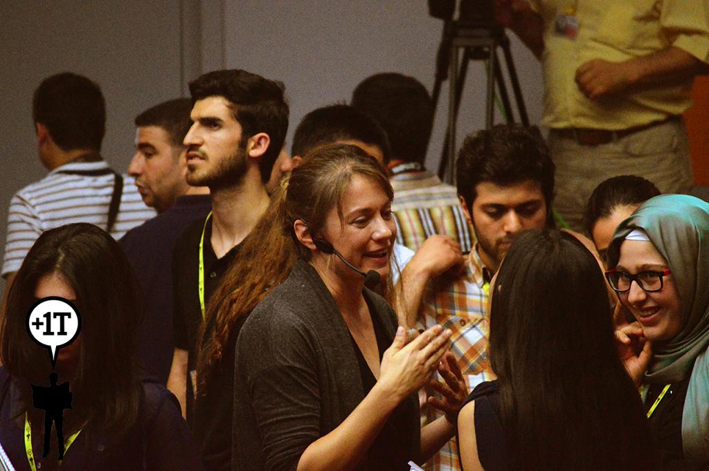 ANDREA BRUCE katılımcılarla sohbet ederken